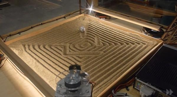 une-machine-qui-dessine-dans-le-sable-avec-un-systeme-a-4-cables