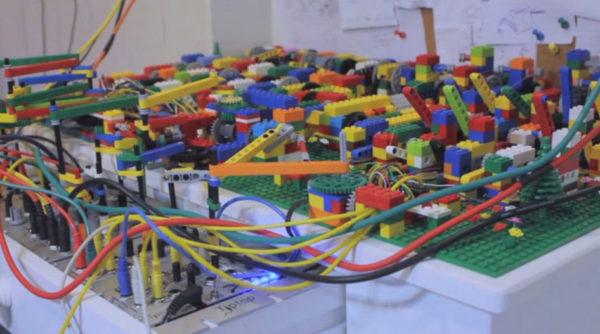 un-automate-qui-joue-de-lacid-house-avec-des-lego