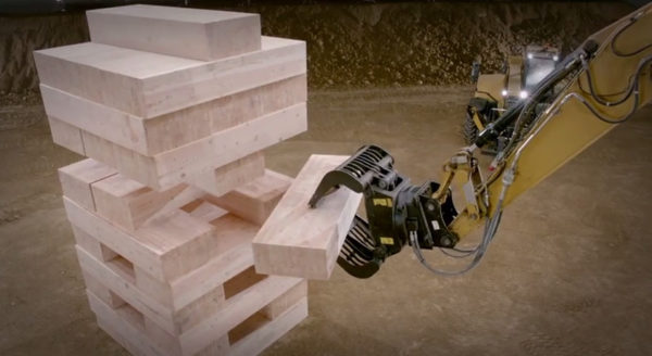 video-des-caterpillar-qui-font-une-partie-de-jenga-geant