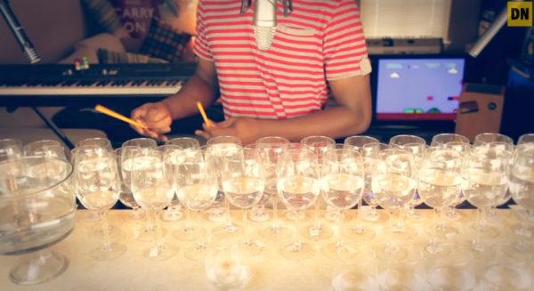 video-le-theme-de-super-mario-bros-joue-avec-des-verres-a-vins-et-une-poele