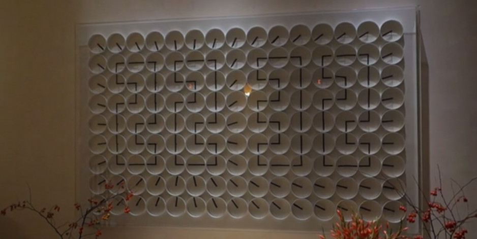 Une horloge murale composée de 135 horloges
