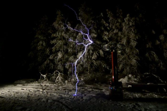 Une énorme bobine Tesla joue de la musique dans la neige