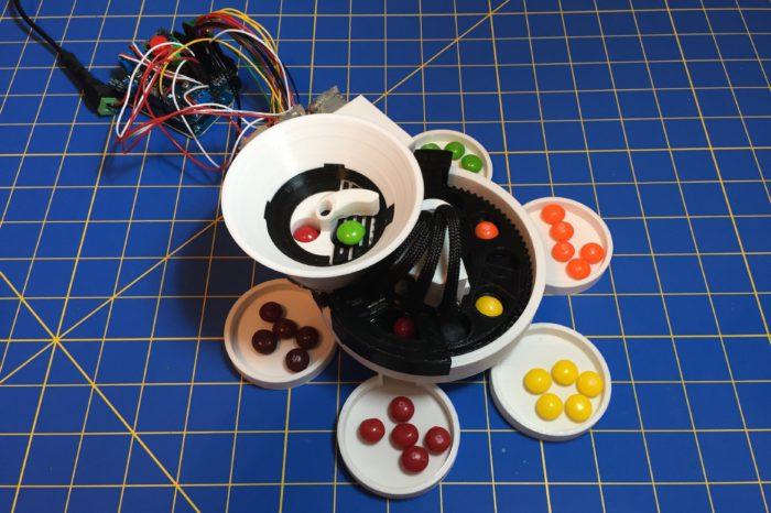 DIY : Une machine pour trier les Skittles par couleur imprimée en 3D