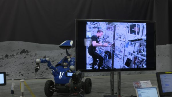 un-astronaute-pilote-un-rover-sur-terre-depuis-lespace-02
