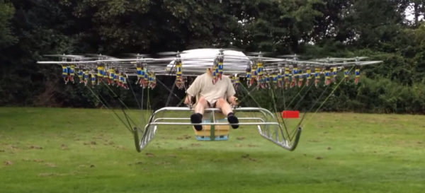 un-homme-senvole-avec-un-drone-compose-de-54-moteurs