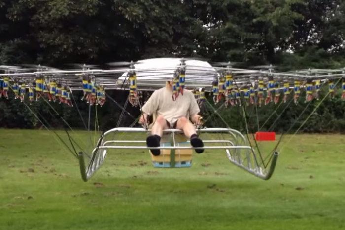 Un homme s'envole avec un drone composé de 54 moteurs