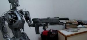 Un robot animatronic Terminator T-800 à échelle humaine
