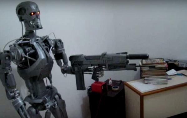 un-robot-animatronic-terminator-t-800-a-echelle-humaine-01