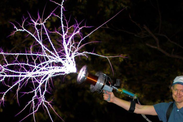 Vidéo : Jouer avec un pistolet à bobine Tesla en slowmotion