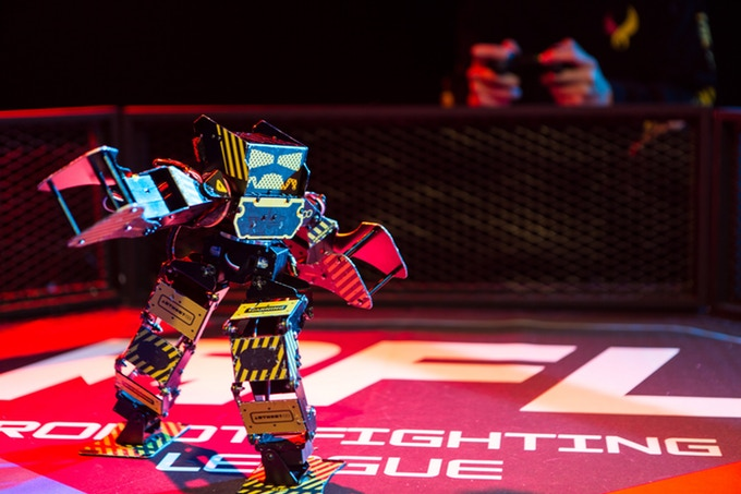 Super Anthony : Le robot de combat avec 45kg de force de frappe.