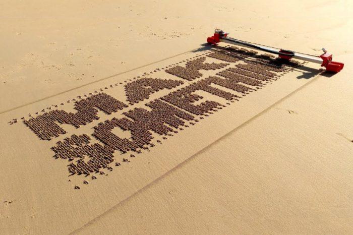 Un robot imprimé en 3D qui dessine dans le sable.